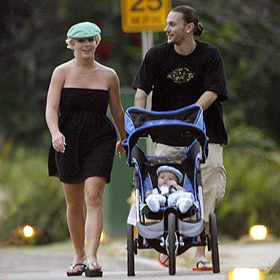 Kevin%20Federline%20walks.jpg