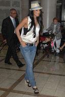 Nicole%20Scherzinger%20waiting%20for%20her%20luggage%20at%20LAX.jpg
