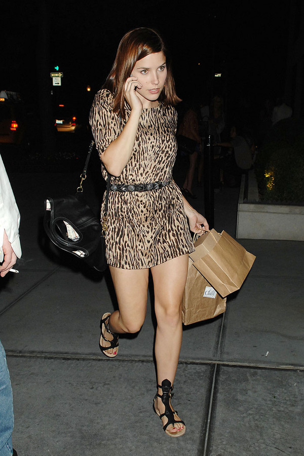 Sophia%20Bush%20chats%20on%20her%20cell%20phone%20as%20she%20enters%20her%20NYC%20hotel.jpg